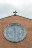 Uma igreja com a janela grande do círculo Fotografia de Stock Royalty Free