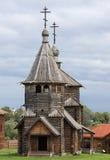 Uma igreja de madeira ortodoxo. Imagem de Stock