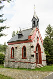Uma igreja de pedra pequena do país nos começos de cores da queda Foto de Stock Royalty Free