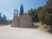 Uma igreja minúscula encontrou na parte superior de uma montanha na separação, Croácia Foto de Stock Royalty Free