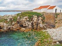 Uma igreja no litoral rochoso de Baleal, Portugal fotografia de stock royalty free