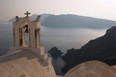 Uma igreja ortodoxa grega em Oia com fundo do mar, Santorini Fotos de Stock Royalty Free