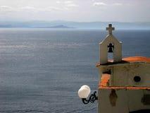 Uma igreja pequena acima da costa de mar foto de stock