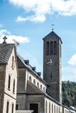 Uma igreja pequena com um pulso de disparo da torre na vila rural velha de Rieden Alemanha Fotos de Stock