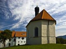 Uma igreja pequena perto de Tolz ruim (Alemanha) fotos de stock