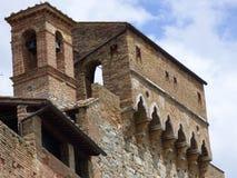 Uma igreja sobre uma parede de pedra da cidade Tuscan do monte foto de stock royalty free