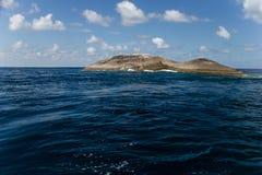 Uma ilha de pedra no mar Imagens de Stock Royalty Free