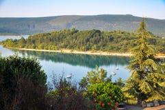 Uma ilha no meio de um lago Imagens de Stock