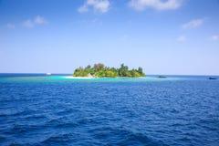 Uma ilha solitária no mar fotos de stock