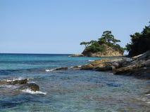 Uma ilha verde bonita pequena no mar Greece imagens de stock royalty free