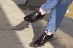 Uma ilustra??o de um estilo bonito de sapatas de couro envernizado em tr?s cores: cor-de-rosa, branco e preto decorados com rosas imagem de stock royalty free