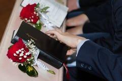 Uma imagem da Bíblia Sagrada com as rosas vermelhas na igreja imagens de stock