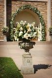 Uma imagem da flor com as portas da igreja antes da Imagem de Stock