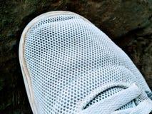 Uma imagem das sapatas brancas fotografia de stock