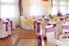 Uma imagem das tabelas que ajustam-se em um salão luxuoso do casamento imagem de stock