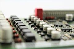 Uma imagem de uma placa de circuito, vários componentes imagem de stock