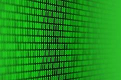 Uma imagem de um código binário compôs de um grupo de dígitos verdes em um fundo preto fotografia de stock royalty free