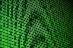 Uma imagem de um código binário compôs de um grupo de dígitos verdes em um fundo preto fotos de stock royalty free