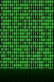 Uma imagem de um código binário compôs de um grupo de dígitos verdes em um fundo preto imagens de stock royalty free