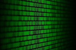 Uma imagem de um código binário compôs de um grupo de dígitos verdes em um fundo preto imagem de stock royalty free