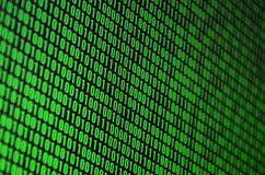 Uma imagem de um código binário compôs de um grupo de dígitos verdes em um fundo preto foto de stock