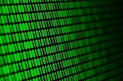 Uma imagem de um código binário compôs de um grupo de dígitos verdes em um fundo preto imagem de stock
