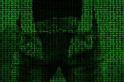 Uma imagem de um código binário das figuras verde-clara, através de que a imagem de uma pessoa prendida e algemada ilustração stock