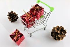 Uma imagem de um carrinho de compras com um presente - Natal do conceito imagens de stock