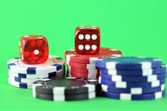 Uma imagem de um casino - dado, microplaqueta, jogando - com espaço da cópia foto de stock