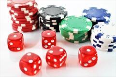 Uma imagem de um casino - dado, microplaqueta, jogando - com espaço da cópia fotografia de stock