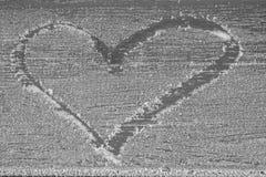 Uma imagem de um coração tirado na geada Foto de Stock