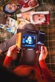 Uma imagem de um exame do ultrassom de uma mulher gravida imagem de stock