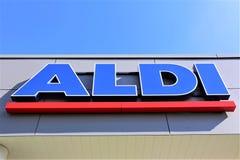 Uma imagem de um logotipo do supermercado do aldi - Luegde/Alemanha - 10/01/2017 Fotografia de Stock Royalty Free