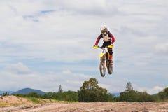 Uma imagem de um motociclista que faz um conluio e saltos no ar Fotos de Stock