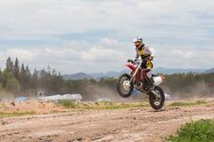 Uma imagem de um motociclista que faz um conluio e saltos no ar Foto de Stock Royalty Free