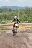 Uma imagem de um motociclista que faz um conluio e saltos no ar Fotos de Stock Royalty Free