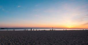 Uma imagem de um por do sol pela praia fotos de stock