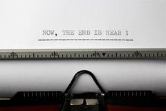 Uma imagem do ` agora a extremidade é ` próximo escrito em uma máquina de escrever - ascendente próximo imagem de stock royalty free