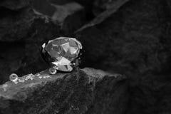 Uma imagem do close up de grande Gem Stone Showing as facetas da gema em uma rocha imagens de stock royalty free