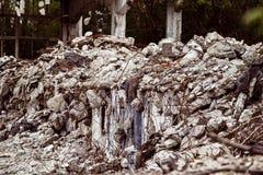 Uma imagem do close up de uma construção arruinada com concreto e armadura Fotografia de Stock