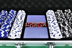 Uma imagem do conceito de algumas microplaquetas de pôquer em um casino fotos de stock