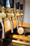 Uma imagem do conceito de uma torneira da cerveja em um bar imagens de stock royalty free
