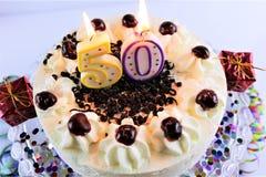 Uma imagem do conceito de um bolo de aniversário com vela - 50 fotografia de stock royalty free