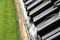 Uma imagem do conceito de um dreno com pingos de chuva - chuva imagens de stock royalty free