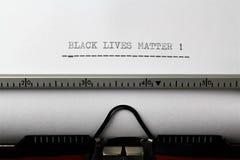 Uma imagem do ` escrito em uma máquina de escrever - ascendente próximo da matéria das vidas do preto do ` Fotos de Stock Royalty Free