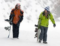 Uma imagem do estilo de vida de dois snowboarders adultos novos Fotos de Stock
