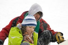 Uma imagem do estilo de vida de dois snowboarders novos imagens de stock
