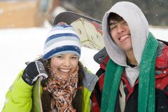 Uma imagem do estilo de vida de dois snowboarders novos fotografia de stock royalty free