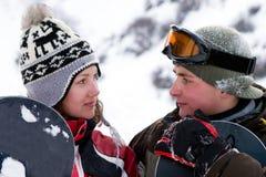 Uma imagem do estilo de vida de dois snowboarders novos Imagem de Stock Royalty Free