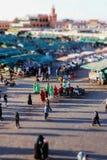 Uma imagem do inclinação-deslocamento de um grupo de dançarinos no EL Fna de Jamaa, C4marraquexe fotografia de stock royalty free